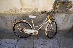 vieux vélo blanc photo