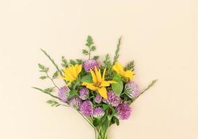 bouquet de variété de fleurs sauvages sur fond beige. photo