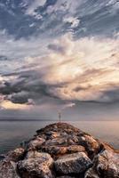 coucher de soleil sur la mer. magnifique coucher de soleil sur la mer égée, péninsule de kassandra, halkidiki, grèce. photo