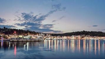 panorama de la ville nea skioni, kassandra, grèce. beau coucher de soleil à nea skioni, vue du port. photo