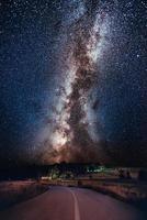 galaxie de la voie lactée sur la route forestière. galaxie de la voie lactée sur la route forestière de montagne, rajac, serbie. le ciel nocturne est astronomiquement précis. photo