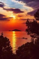 kelifios, île aux tortues au coucher du soleil. kelifios est près de porto carras, sithonie, péninsule halkidiki, grèce. photo