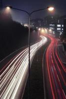 sentier de feux de circulation la nuit. vue aérienne du sentier de circulation de la ville légère la nuit, à belgrade, serbie, europe. photo