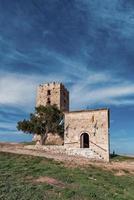 tour byzantine, nea fokea, kassandra, grèce. belle tour byzantine au coucher du soleil, kassandra, grèce. photo