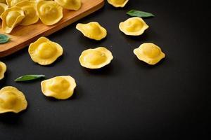 pâtes raviolis italiens traditionnels photo