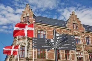 panneau de direction dans la ville de fredericia au danemark. photo