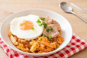 riz frit au kimchi avec œuf frit et porc photo