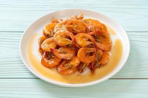 les crevettes douces sont un plat thaï qui cuisine avec de la sauce de poisson et du sucre photo