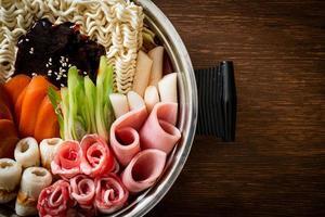 budae jjigae ou budaejjigae ou ragoût de l'armée ou ragoût de la base de l'armée. il regorge de kimchi, de spam, de saucisses, de nouilles ramen et bien plus encore photo