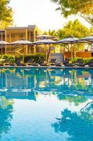 Parasol et lit de piscine autour d'une piscine extérieure dans un complexe hôtelier pour des vacances en voyage photo