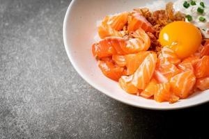 riz japonais au saumon frais cru et oeuf photo