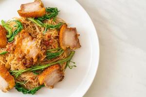 vermicelles de riz sautés et mimosa d'eau avec poitrine de porc croustillante photo