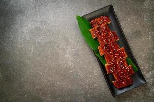anguille grillée en tranches ou unagi grillé avec sauce -kabayaki - style de cuisine japonaise photo