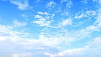 nuages blancs flous sur le fond de ciel. photo