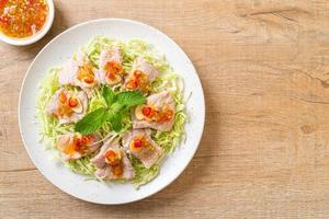 salade de porc épicée ou porc bouilli avec citron vert, ail et sauce chili photo