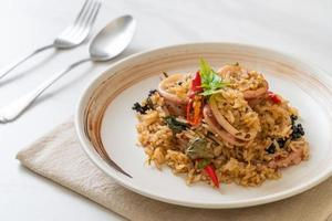 Basilic maison et riz frit aux herbes épicées avec calmar ou poulpe - style cuisine asiatique photo