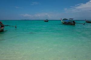 la plage du lever du soleil de koh lipe en thaïlande photo