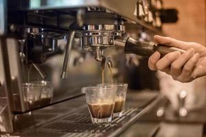 barista faisant des boissons expresso photo