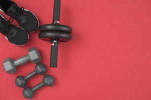 vue de dessus de l'équipement de fitness, rouge et noir photo