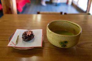 thé matcha et gâteau au salon de thé de nagoya photo