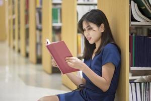 belles femmes étudiantes universitaires asiatiques en bibliothèque photo
