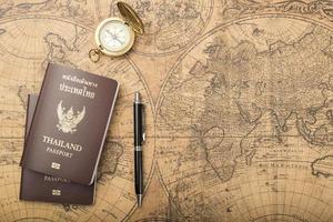 concept de voyage de planification, passeport thaïlandais sur l'ancienne carte photo