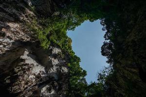 vue jusqu'au sommet des grottes de batu à kuala lumpur photo