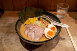 nouilles ramen avec viande et œuf à tokyo photo