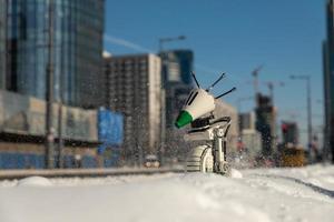 varsovie, 2021 - lego star wars droid faire sur la neige dans la ville photo