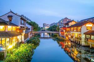 Scène de nuit de la vieille ville de qibao à shanghai, chine photo