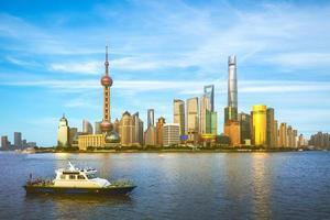 Horizon de Pudong par la rivière Huangpu à Shanghai, Chine photo
