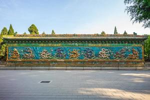 mur des neuf dragons au parc beihai, pékin, chine photo