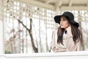 jolie jeune femme avec chapeau photo