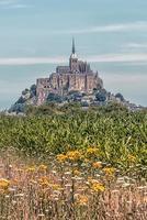village du mont saint michel, site du patrimoine mondial de l'unesco en normandie, france photo