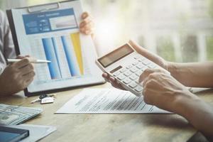 agent immobilier discutant des prêts et des taux d'intérêt pour l'achat de maisons photo