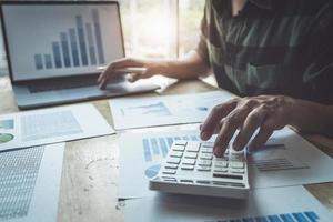 le client utilise des stylos et une calculatrice pour calculer les prêts à l'achat d'une maison photo