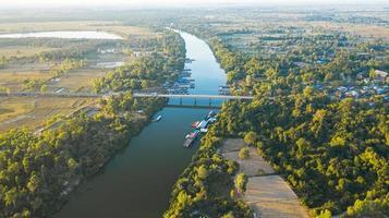 vue aérienne panoramique du pont de la rivière en thaïlande rurale photo