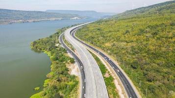 vue aérienne panoramique de la grande autoroute photo