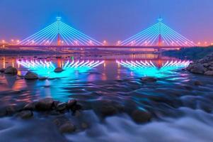 pont suspendu de nuit à miaoli, taiwan photo