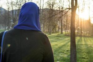 femmes musulmanes profitant de l'extérieur au coucher du soleil photo