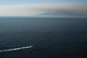 bateau dans la mer, montagne sur fond de mer. photo