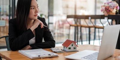 image recadrée d'un agent immobilier aidant le client à signer un contrat au bureau avec un modèle de maison photo