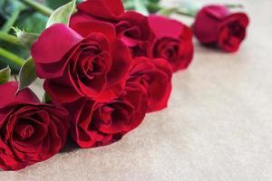 roses rouges sur papier brun photo