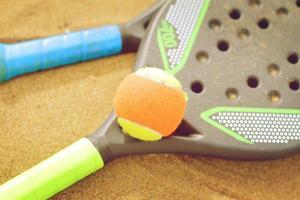 raquettes de tennis de plage dans le sable photo