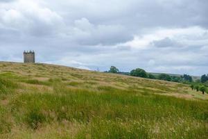 Paysage du parc de lyme avec la tour cage au loin, Peak District, Royaume-Uni photo