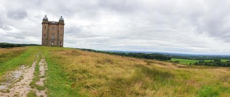 La cage tower et paysage environnant au loin, Peak District, UK photo