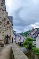 le beau village pittoresque de monreal, région de l'eifel, allemagne photo