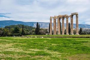 ruines de l'ancien temple de zeus olympien à athènes photo