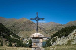 une croix dans les pyrénées en espagne photo