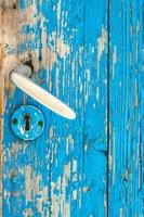 Détail de la vieille porte en bois turquoise et poignée de porte en métal photo